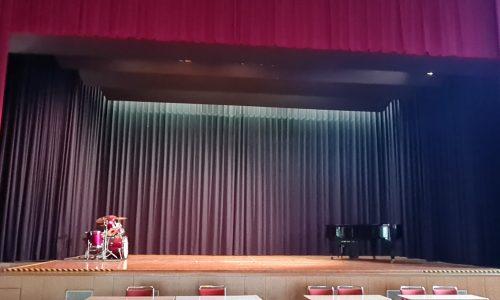 Bühne_etwa 11,7m (breit) +  6,2m (tief)